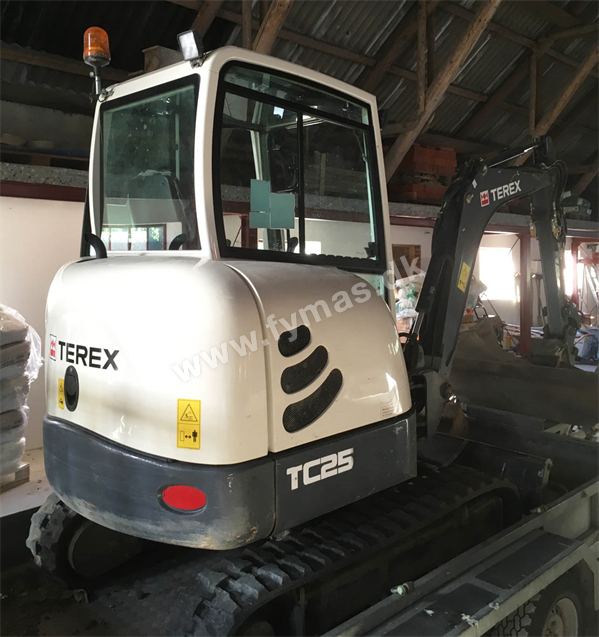 Terex Schaeff TC25 m/Powertilt og SAGA trailer